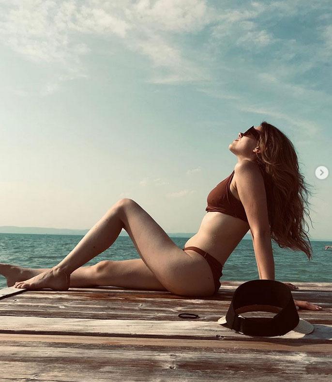 Csobot Adél tíz hónappal második gyermeke születése után: nem kell aggódnia a beach body miatt.