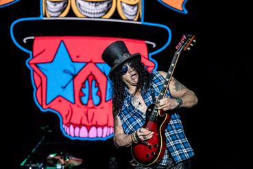 Az sem lehet véletlen, hogy ezúttal Slash is energikusabbnak, lazábbnak tűnt és úgy általában jobban elemében volt végig