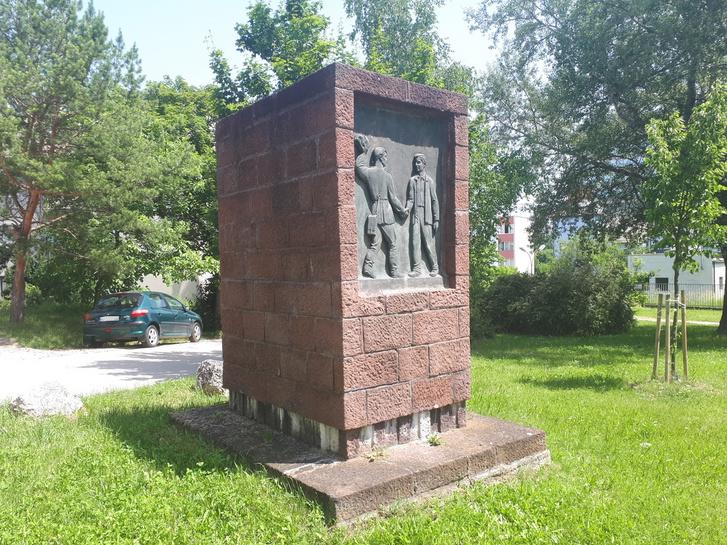 Különös alakú tömb a veszprémi József Attila utca kanyarulatában