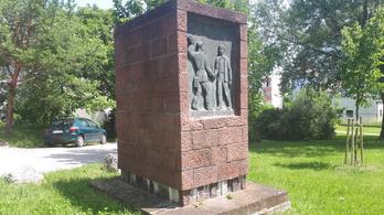 Kíváncsi a ledöntött Sztálin-szobor talapzatára? Menjen a veszprémi kertvárosba!