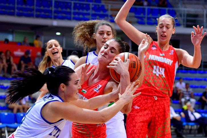 Zele Dorina (k) a magyar és Nicole Romeo (b) az olasz válogatott játékosa a női kosárlabda Európa-bajnokság C csoportjában játszott mérkőzésen a Cair Sportcenterben a szerbiai Nisben 2019. június 28-án.