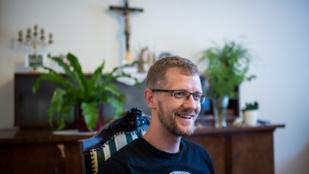 """""""Én is csak egy ember vagyok, küzdök, mint disznó a tükörjégen"""" – Interjú Hodász András atyával"""