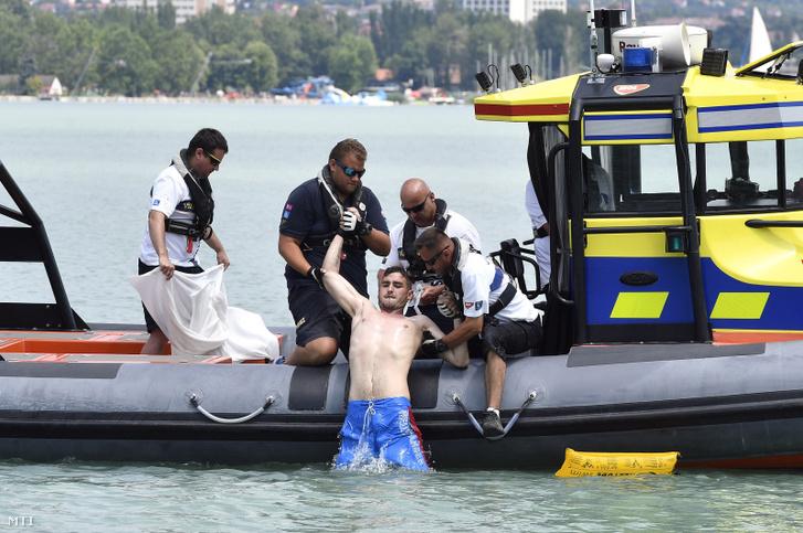 Egy mentődrónnal megtalált fuldoklót mentenek ki a Balatonból a mentési bemutatón Tihanynál 2019. június 21-én.