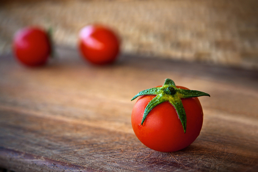 A paradicsom rosttartalma miatt elképesztően jót tesz az emésztésnek. Sok benne a kálium és a C-vitamin is, antioxidánsai pedig csökkentik a gyulladásokat, valamint javítják az immunrendszer működését. A paradicsom az egyik leggazdagabb forrása a likopinnak, mely segíthet védekezni többek közt a rák, valamint a szív- és érrendszeri betegségek ellen is.