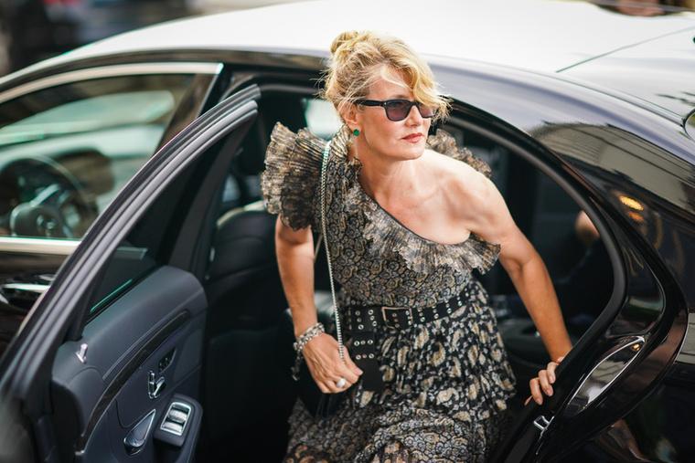 Laura Dern is kicsípte magát, aki aszimmetrikus ruhát választott az eseményre