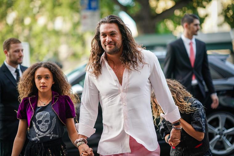 És most jöjjenek a férfivendégek! Jason Momoa kislányával érkezett az eseményre, ...