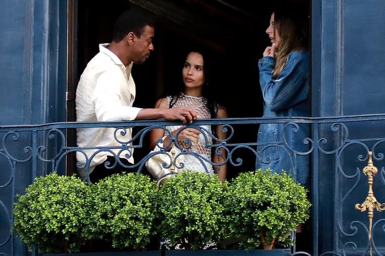 ...és míg a vendégek szállingóztak, a csodálatos menyasszony az étterem ablakából figyelte, milyen sorrendben érkeznek a vendégek