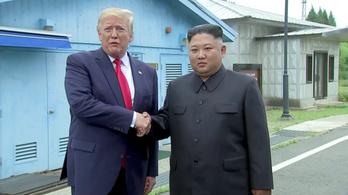 Trump első amerikai elnökként átlépett Észak-Koreába