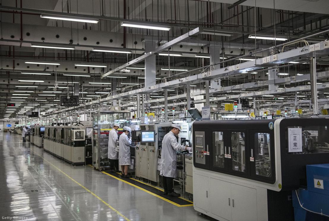 Munkások a Huawei egyik kínai gyárában, 2019 áprilisában.