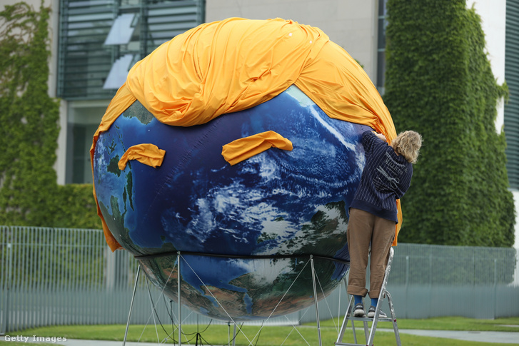Donald Trump klímapolitikája ellen tiltakozó aktivista 2017 júniusában, Berlinben.