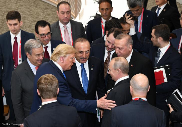 Erdogan, Trump és Putyin tréfálkoznak egymással a G20 klímaértekezlete előtt, 2019. június 29-én, Oszakában.