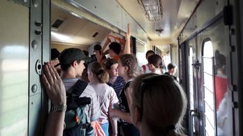Tömött postavagonokba terelték a diákokat Szlovákiában, többen rosszul lettek