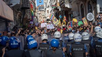Könnygázzal és gumilövedékekkel támadtak az isztambuli melegfelvonulás résztvevőire