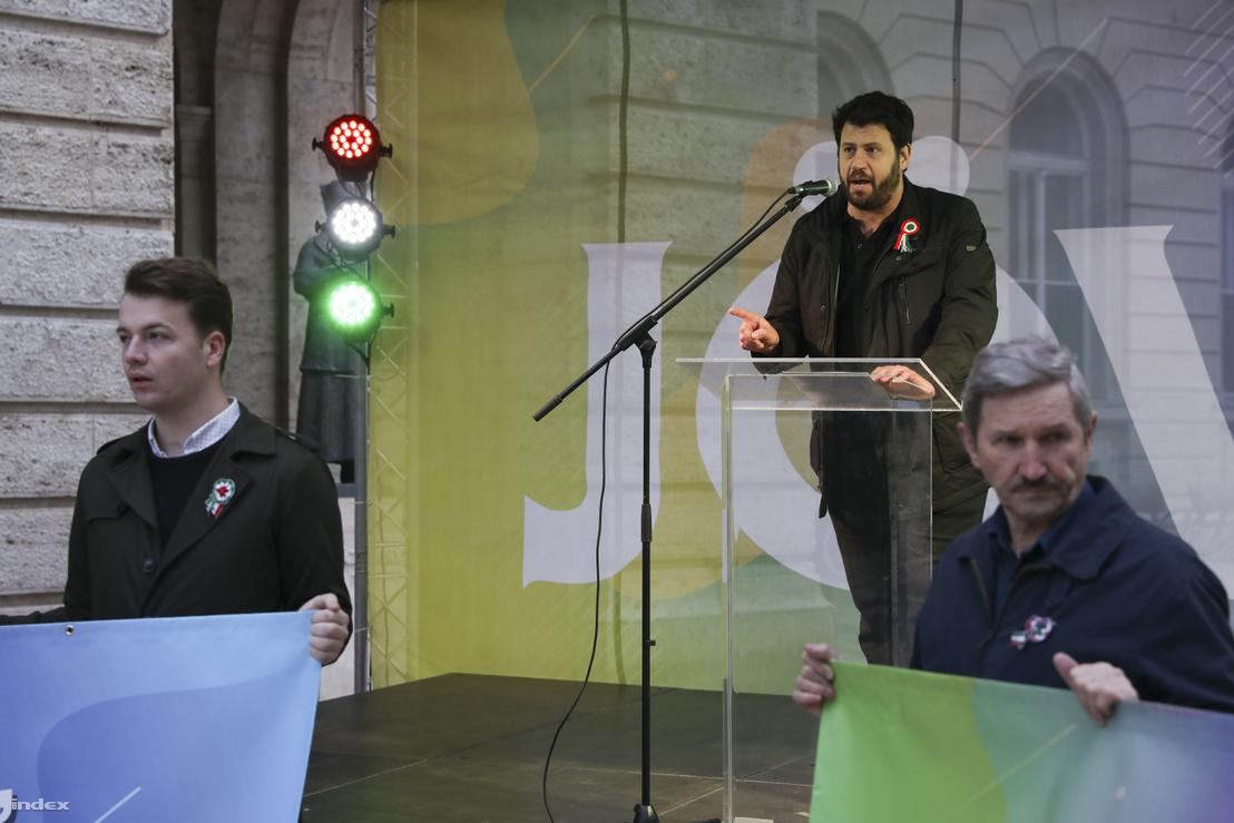 Puzsér Róbert beszél az LMP 2019. március 15-i rendezvényén Budapesten