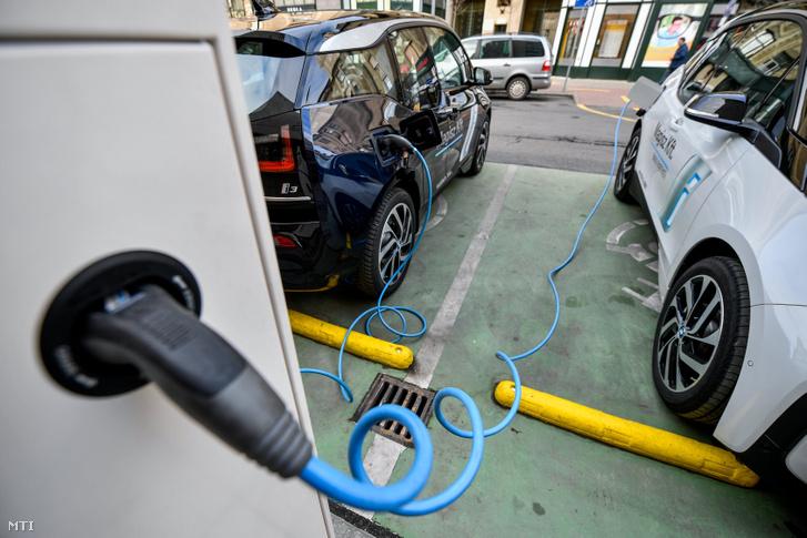 Elektromos autók töltődnek egy debreceni töltőállomáson az átadás napján, 2018. december 13-án