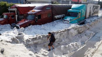 Másfél méteres jég borította be a mexikói Guadalajarát