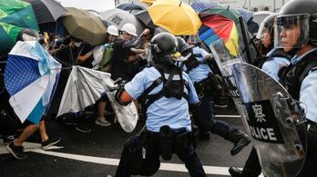 Tízezres tömeg tört be a hongkongi városi tanács épületébe, eldurvult a demonstráció