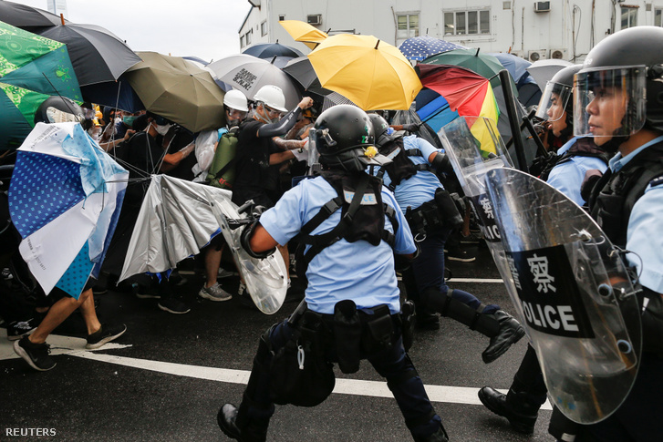 Rendőrség próbálja feloszlatni a tüntetést Hongkongban 2019. július 1-én