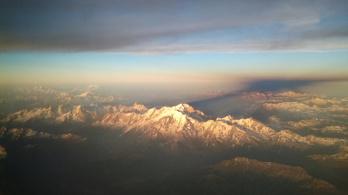 Így ölelik körül a lenyugvó Nap sugarai a Mont Blanc-t