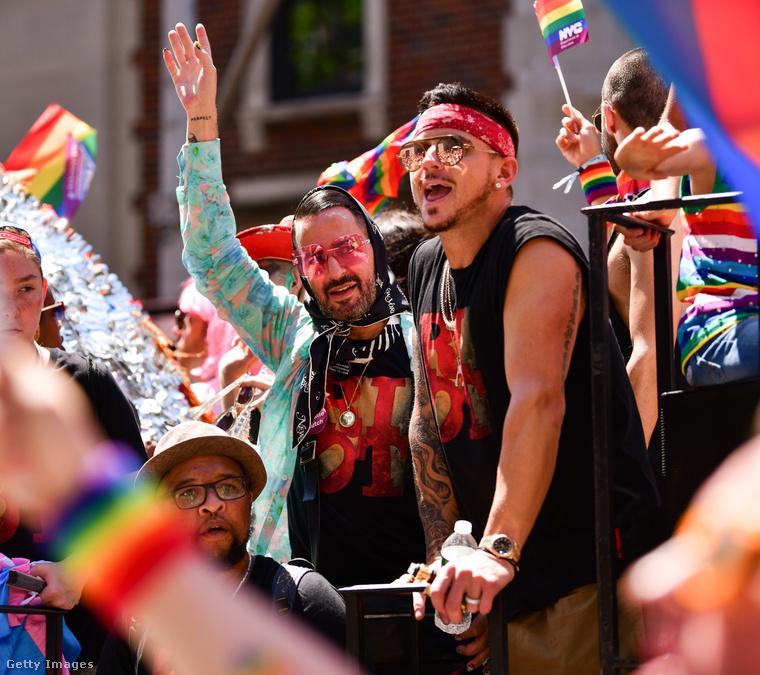 Lakkozott körmök, rózsaszín szemüveg - nem mondhatjuk, hogy Marc Jacobs nem tett meg mindent, hogy emlékezetessé tegye a World Pride-ot.