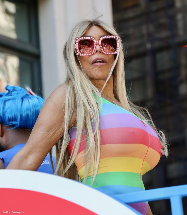 Wendy Williams talkshow-műsorvezető egy szivárványos ruhába pakolta be magát.