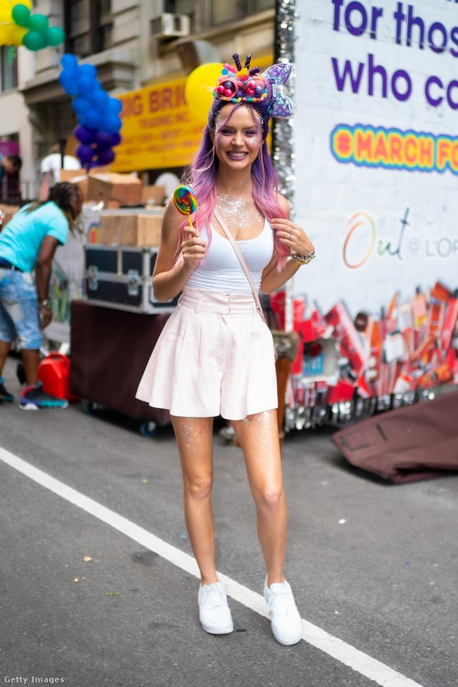 Josephine Skriver látható a képen, ő egy 26 éves, dán modell, 2011 óta dolgozik angyalként a Vicotria's Secretnél.