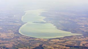 Repülőroncsok, ősi romok, bombák: mi mindent rejt a Balaton mélye?