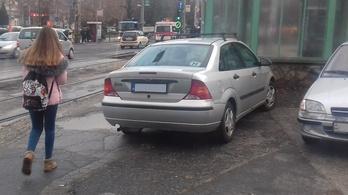 A BKV feladta a harcot a megállóba parkoló autósokkal szemben