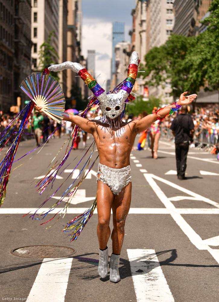 A lapozgatónak ebben az első részében a New York-i WorldPride felvonulóit mutatjuk