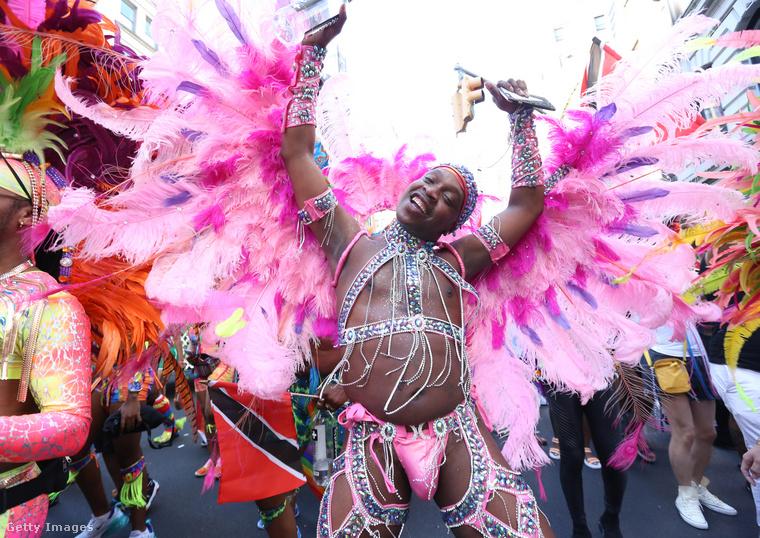 A Caribbean Equality Project táncosa rengeteg mindent visel, de közben a testét is megmutatja.