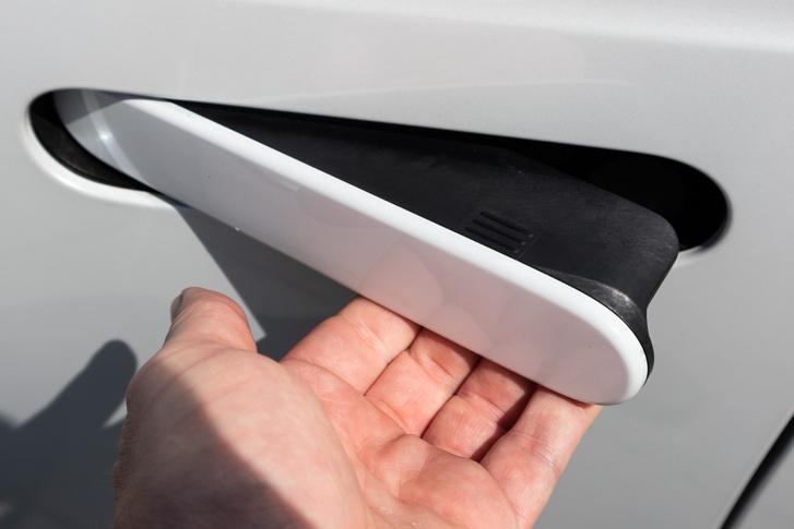 A Jaguar f-Type-on van még ilyen kilincs, villanymotor billenti ki