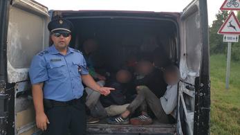 12 férfit zsúfolt az embercsempész egy furgon hátuljába a hőségben