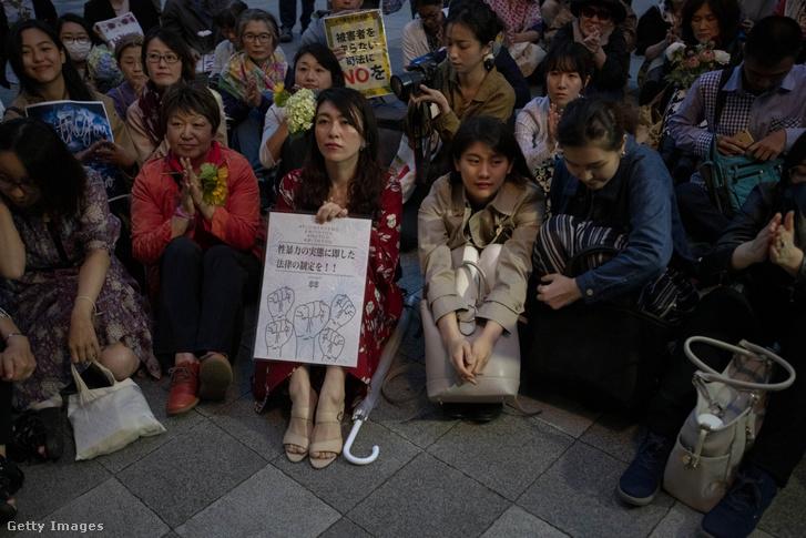 """A tüntetők körülbelül 150-en gyűltek össze a """"Flower Demo"""" név alatt, hogy bírálják az erőszakkal kapcsolatos bírósági ügyekben hozott ítéleteket, és felhívják a figyelmet a nemi bűncselekményekről szóló törvény felülvizsgálatára. Tokió, 2019 június 11."""