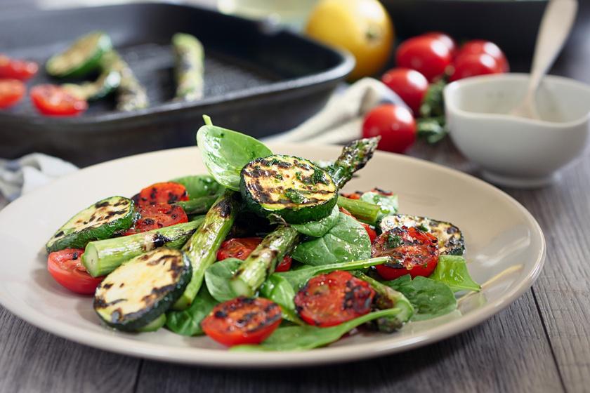 Édeskés és füstös, grillezett zöldségsaláta, frissítő dresszinggel