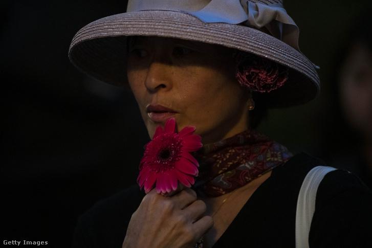 A virágos tüntetések egy résztvevője