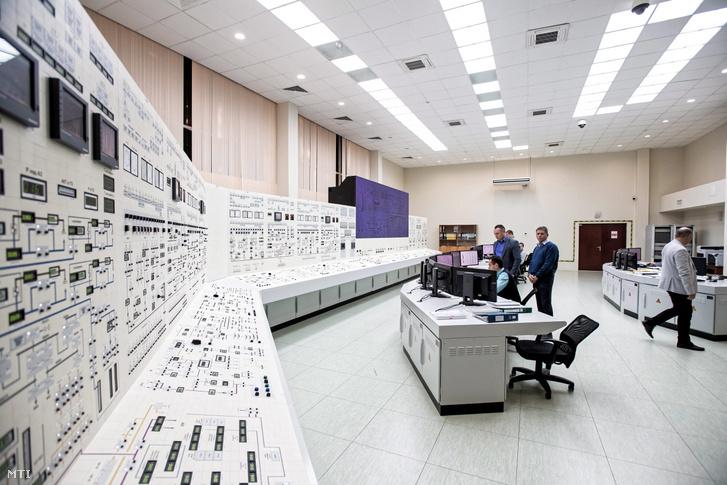 Fehéroroszország első, épülőben levő atomerőművének vezérlőterme a Minszktől mintegy 180 kilométerre, északnyugatra fekvő Osztrovec közelében 2018. október 10-én. A Roszatom orosz állami atomenergetikai társaság építi meg a létesítményt, amelynek két reaktorblokkja együtt 2400 megawatt áramot termel majd. Az első blokk átadását 2019-re, a másodikat a 2020-ra tervezik.