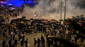 Könnygázzal és gumibottal oszlatta fel a rendőrség az agresszív tüntetőket Hongkongban