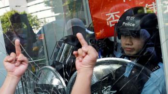 Hongkongi utcai harcok: volt olyan rendőr, akit vegyszerrel locsoltak le