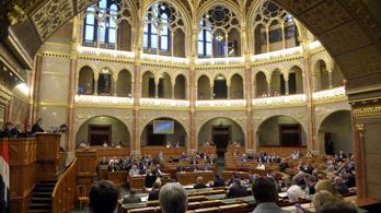 Elhalasztották a kormánypártok a vitatott köznevelési törvény megszavazását