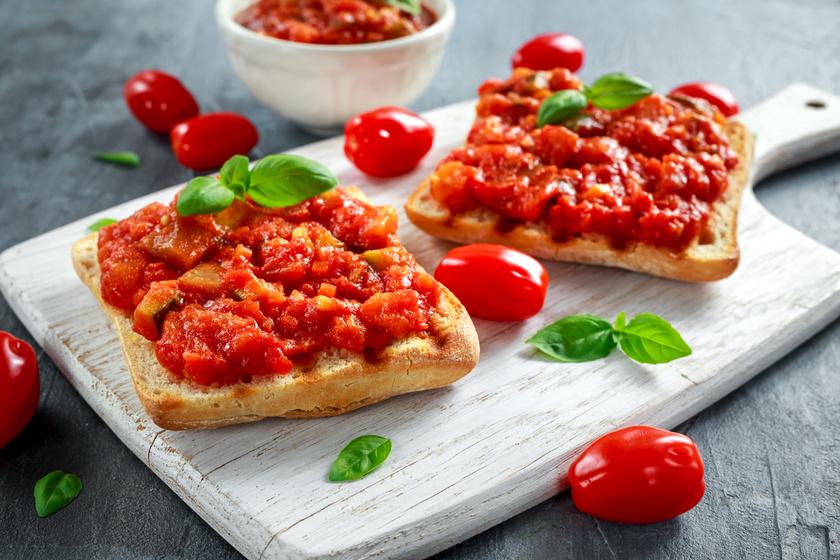 A paradicsomos salsaszósz mártogatósnak is isteni, de bruschettára, vagyis pirított, fokhagymás kenyérre tornyozva finom reggeli is lehet belőle.