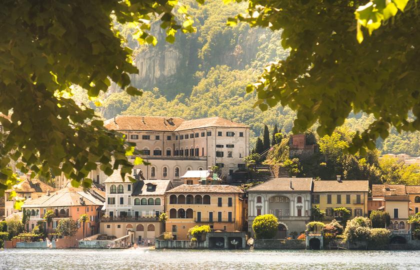 Orta San Giulio ideális hely mindazoknak, akik imádják a jellegzetes, romantikus kisvárosokat: régimódi épületei, szűk utcái, macskaköves sikátorai egyedi hangulatot kölcsönöznek a településnek.