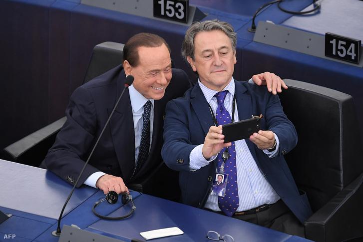 Silvio Berlusconi (balra) szelfizik az újonnan megválasztott Hermann Tertsch spanyol szélsőjobboldali párt képviselőjével az Európai Parlament alakulóülésén Strasbourgban 2019. július 2-án
