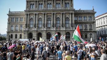 Az MTA-ért és a magyar tudományért tüntetnek - élő