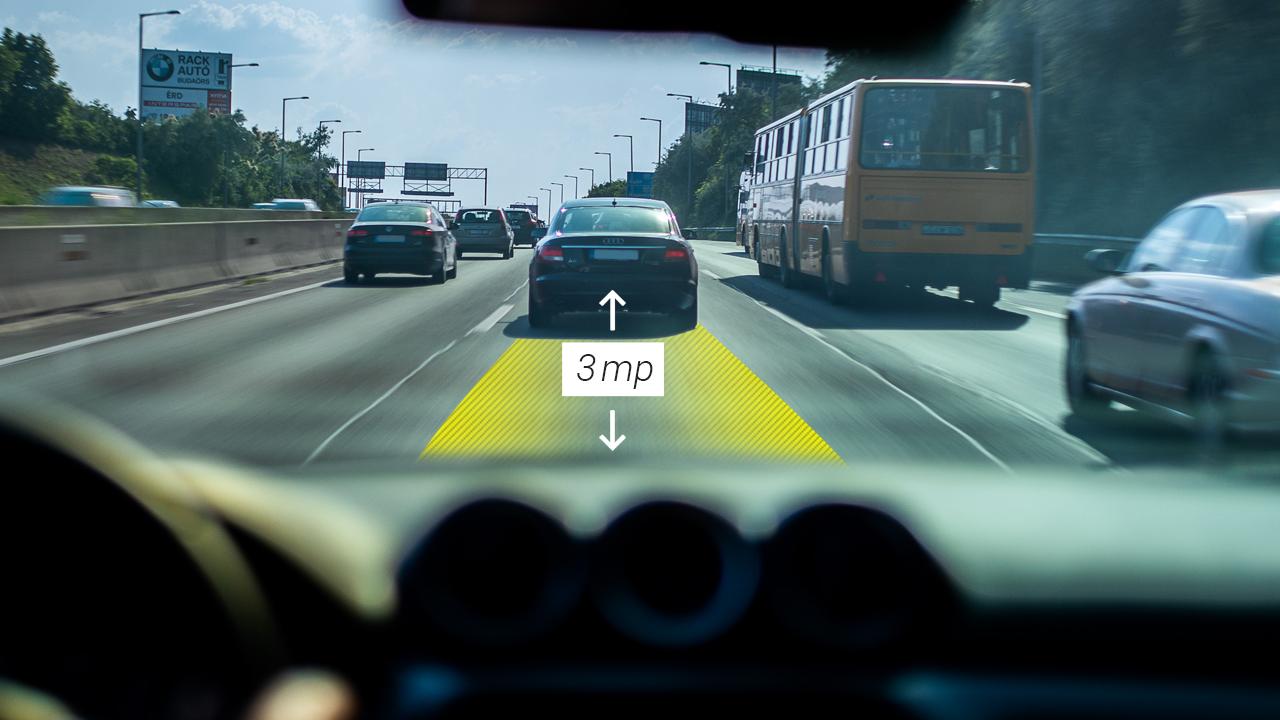 Adaptív tempomat                                                  A biztonságos követési távolságot tartó, automata fékezős tempomattal sokkal biztonságosabban kormányozhatjuk az autót. Három beállítás közül választhatunk, hogy automatikusan fenntartsuk a járművek közti távolságot. Ha előttünk nincs jármű, automatikusan fenntartja a vezető által beállított sebességet (40 km/h fölötti sebességnél).