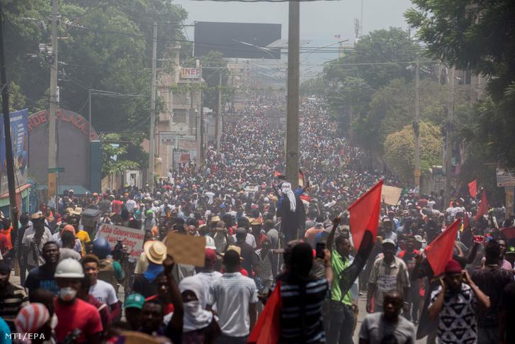 Tüntetők vonulnak a haiti elnök, Jovenel Moise lemondását követelő korrupcióellenes megmozduláson a fővárosban, Port-au-Prince-ben 2019. június 9-én. A zavargásba torkolló tiltakozáson ketten életüket vesztették.