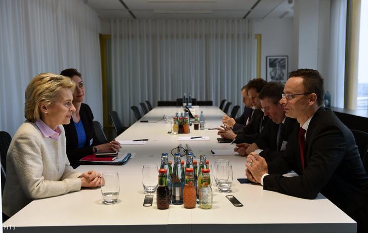 Szijjártó Péter külgazdasági és külügyminiszter (j) megbeszélése Ursula von der Leyen német védelmi miniszterrel a Die Welt gazdasági fórumának keretében Berlinben 2017. január 11-én.