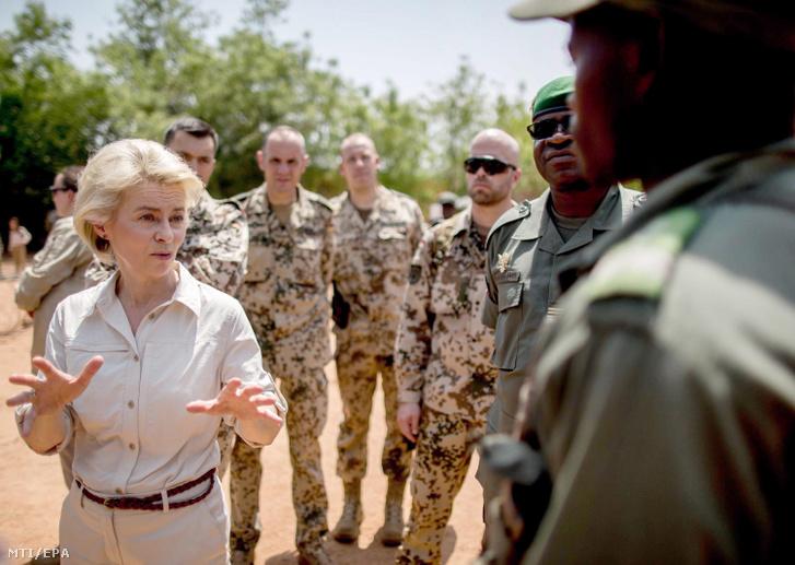 A háromnapos látogatáson Maliban tartózkodó Ursula von der Leyen német védelmi miniszter (b) mali katonákhoz beszél az Európai Unió Mali Kiképző Műveletében (EUTM Mali) részt vevő német békefenntartók társaságában Koulikoróban 2016. április 6-án.
