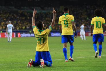 Roberto Firmino ünnepli a Brazil válogatott második gólját