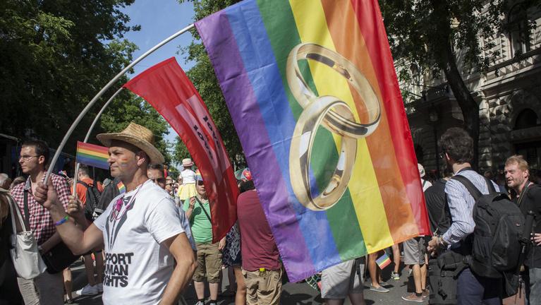 Bajban a gazdasága? Legalizálja a melegházasságot!
