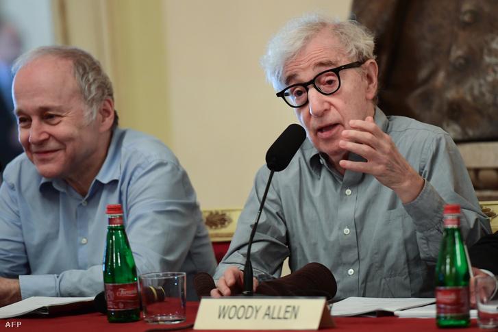 Woody Allen (jobbra) és Fischer Ádám a milánói sajtótájékoztatón 2019. július 2-án
